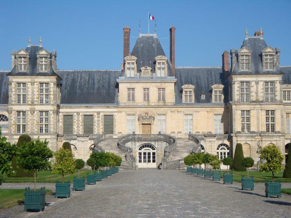 1.château de Fontainebleau - Entrée principale - Cour des Adieux - Fontainebleau Tourisme - Août 2013 - Photo SM