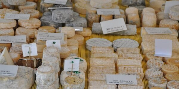 Marché de Fontainebleau – étal du fromager